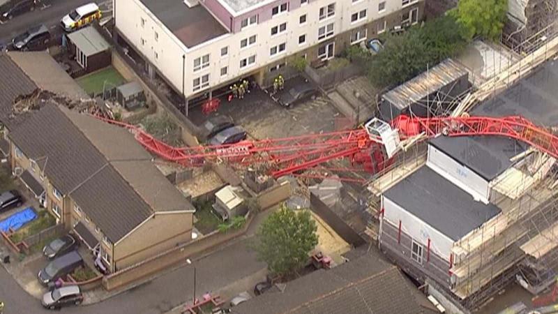 На сході Лондона будівельний кран обвалився на житлові будинки
