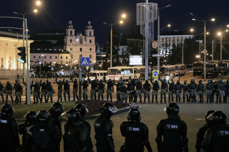 Друга ніч протестів у Білорусі: нові затримання, барикади і один загиблий