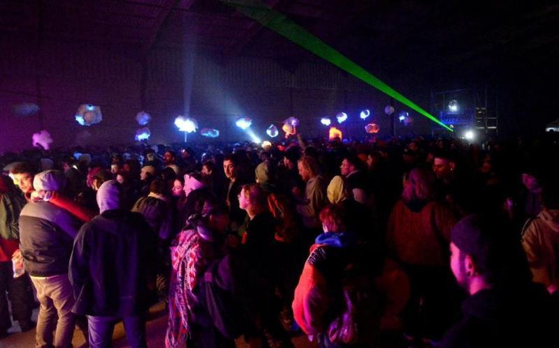 У Франції поліція вже добу не може розігнати масштабну підпільну рейв-вечірку