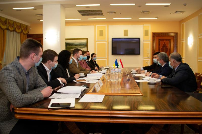 Україна зацікавлена у розвитку співпраці у сфері транспорту з Таджикистаном, - Владислав Криклій