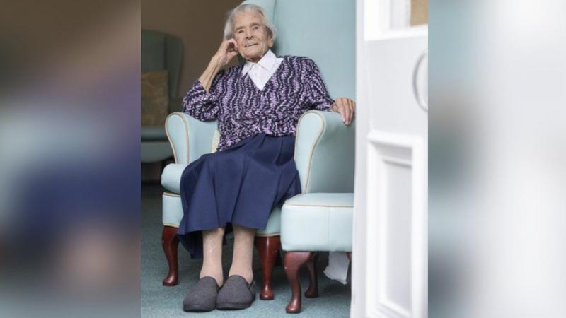 """У Британії вакцину вкололи 103-річній жінці, яка пережила епідемію """"іспанки"""""""