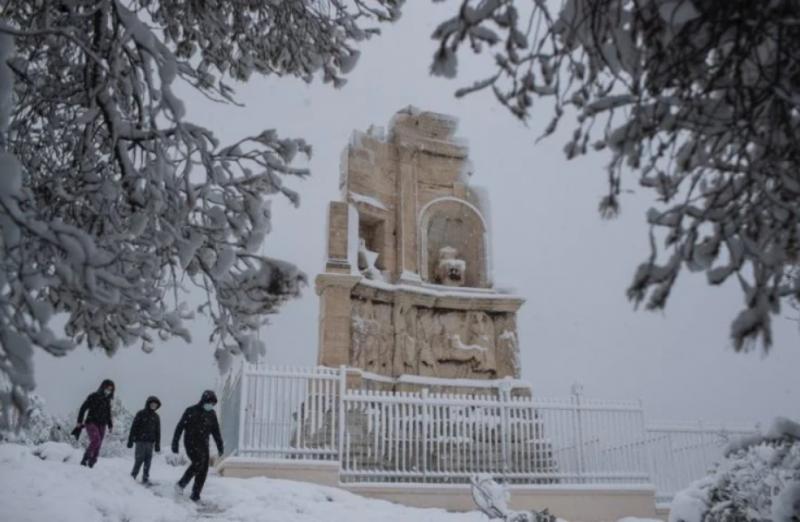 """Засипані снігом Афіни та цілі райони без світла: у Греції долають наслідки циклону """"Медея"""""""