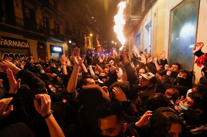 Розграбовані магазини та сутички з поліцією: у Барселоні тривають бунти через ув'язнення репера