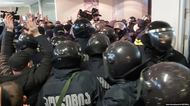 У Грузії штурмом взяли офіс партії Саакашвілі та затримали її лідера
