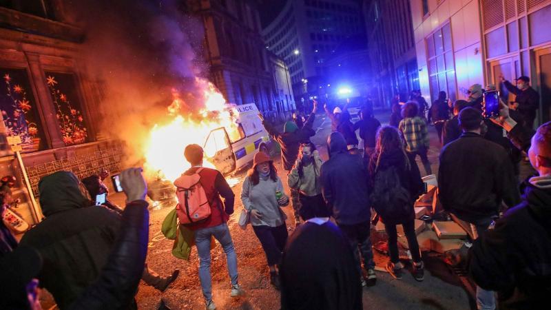 Спалені машини і розбиті вікна: в Англії протестували проти закону про поліцію