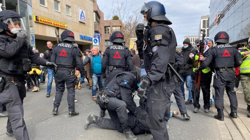 Перцевий газ і водомети: у Німеччині дійшло до сутичок поліції і коронаскептиків