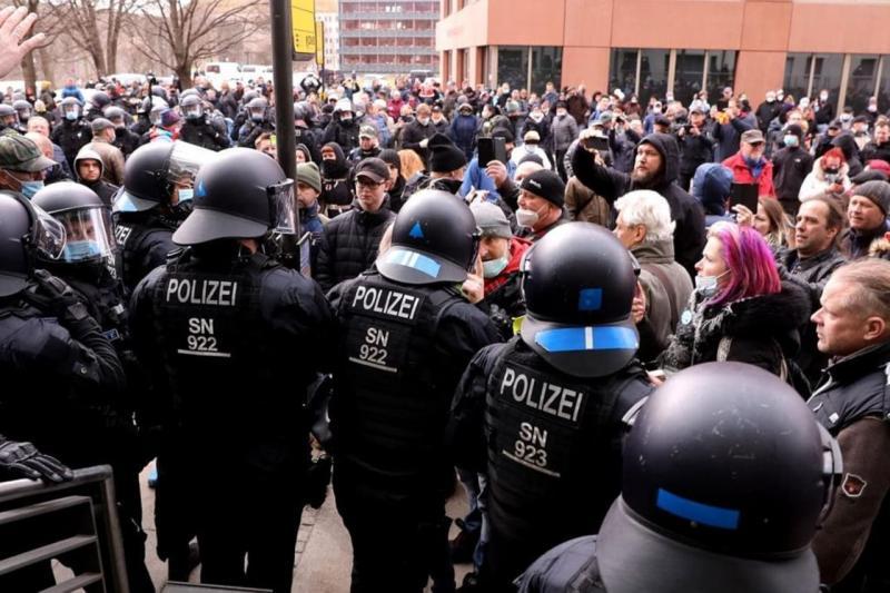 В кількох містах Німеччини зібралися акції коронаскептиків
