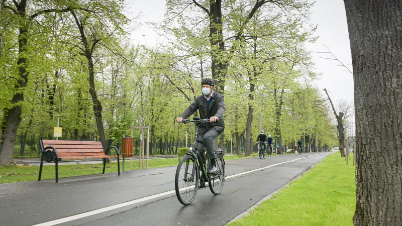 Президент Румунії в рамках екокампанії приїхав на роботу на велосипеді