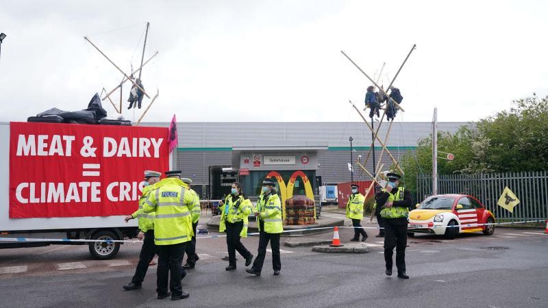У Британії екоактивісти заблокували розподільчі центри McDonald