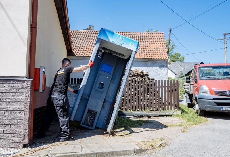У Чехії демонтували останню в країні телефонну будку