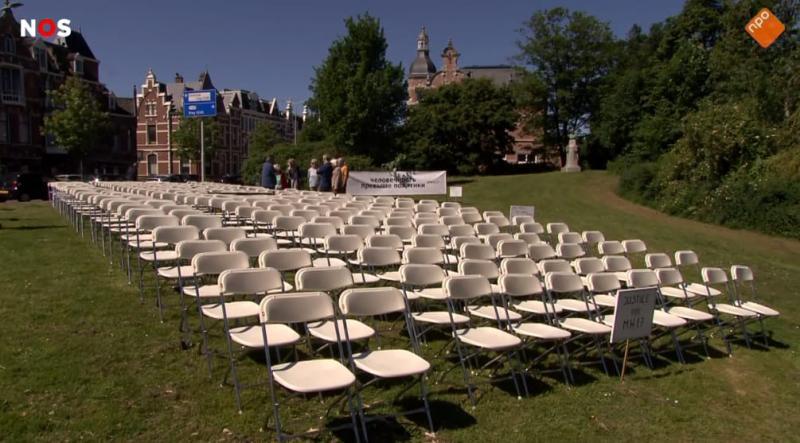 МН17: біля посольства РФ у Гаазі поставили 298 білих стільців перед розглядом справи по суті