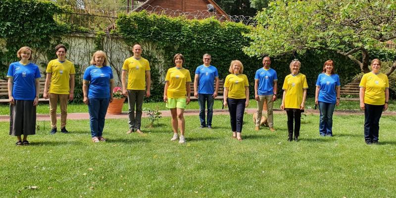 Співробітники посольства Британії сфотографувалися у формі збірної України, яка не подобається РФ