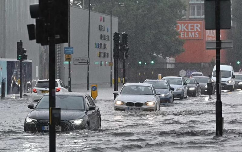 Вулиці і метро Лондона затопило внаслідок рясного дощу