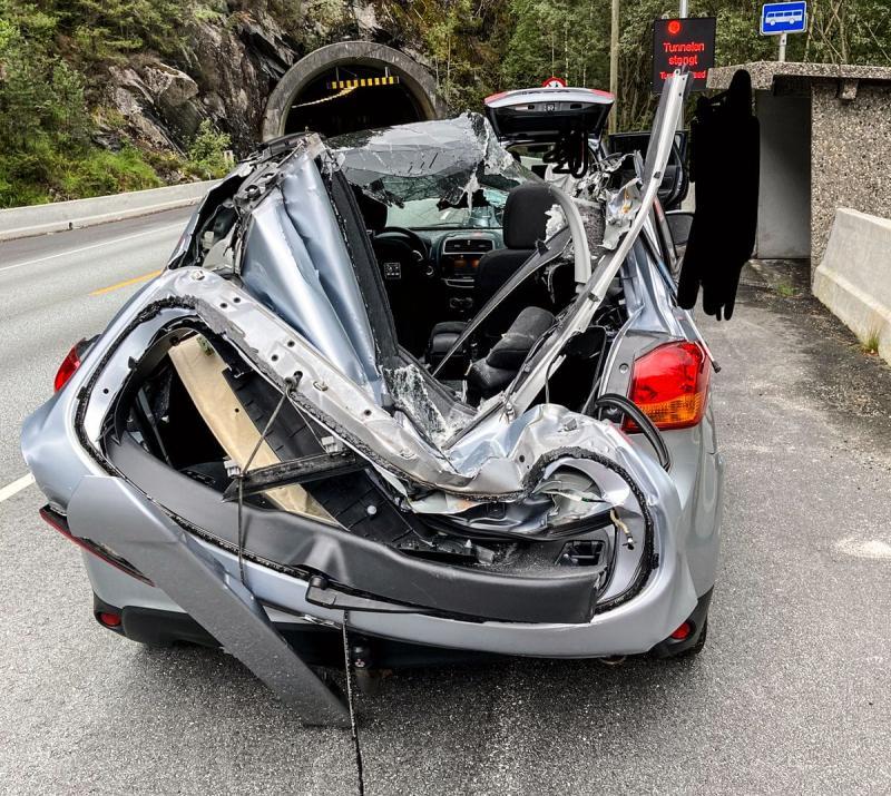 У Норвегії в тунелі камінь вщент розтрощив легкове авто, водій-поляк не постраждав