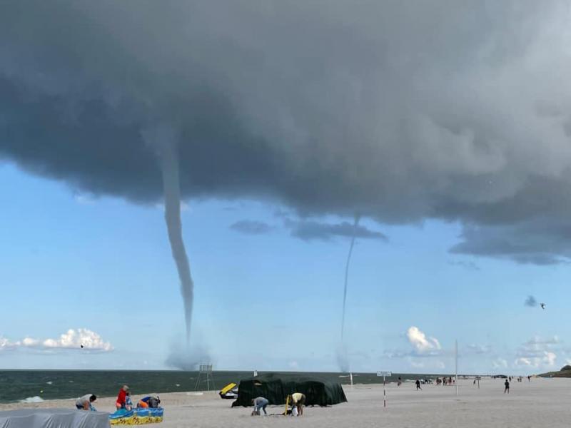 У Польщі водяні смерчі налякали відпочивальників на Балтійському морі