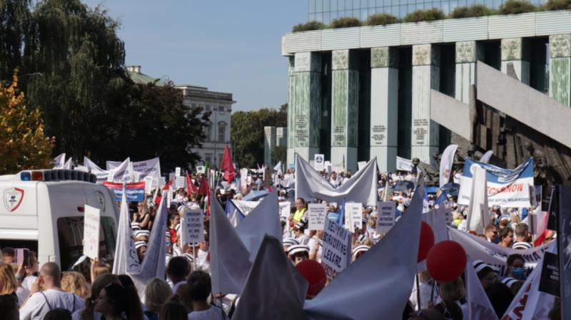 Медики влаштували багатотисячний протест у центрі Варшави